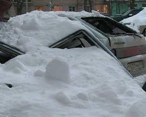 В Смоленске ребенок едва не пострадал от упавшего с крыши снега
