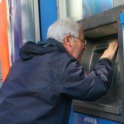 В Смоленске сняли с банкомата скиммер и арестовали его хозяина